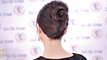 【セルフ 夜会巻き 風】髪の毛を2つにブロッキングすることで、より簡単に夜会巻きの形を作ることができます。